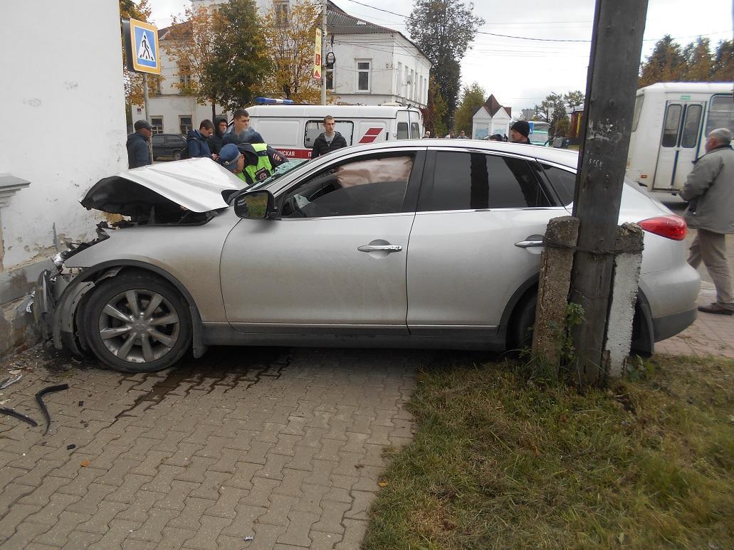 В Ярославской области водитель «Инфинити» протаранил иномарку и врезался в стену дома
