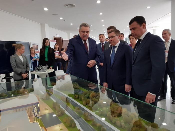 Дмитрий Миронов вместе с министром строительства и ЖКХ оценили проект ярославского волейбольного центра: фото