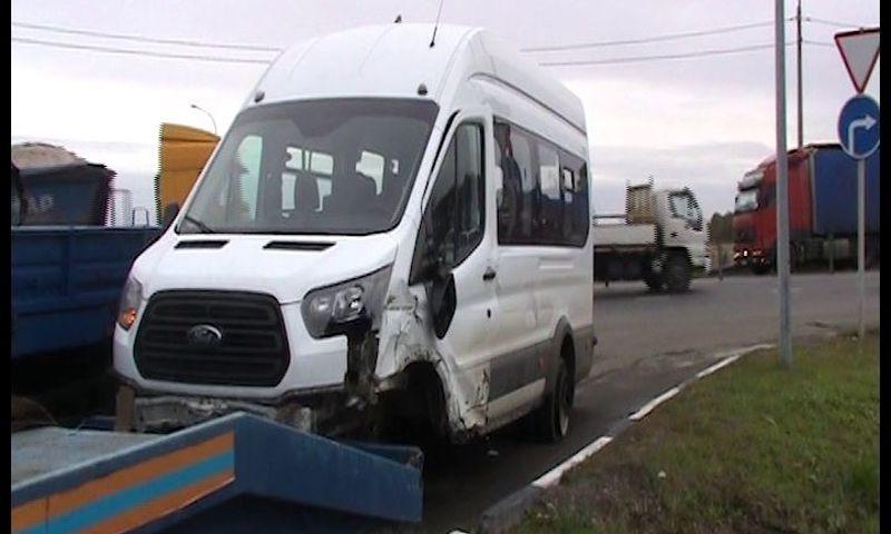 В Ярославле водитель микроавтобуса врезался в ограждение, уходя от столкновения
