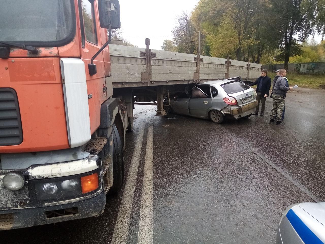 В Ярославле иномарка влетела под грузовик: пострадал водитель