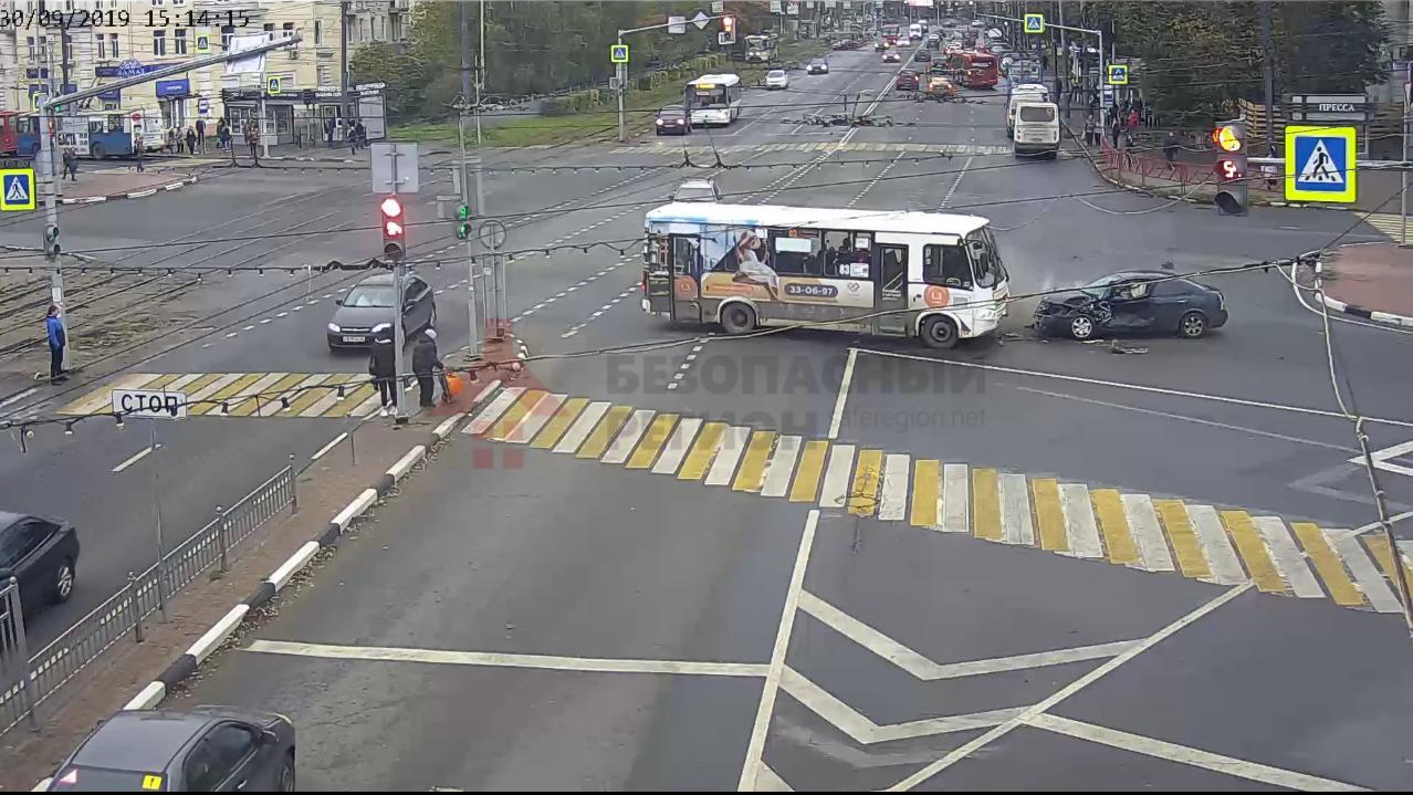 Появилась видео столкновения маршрутки и иномарки в центре Ярославля