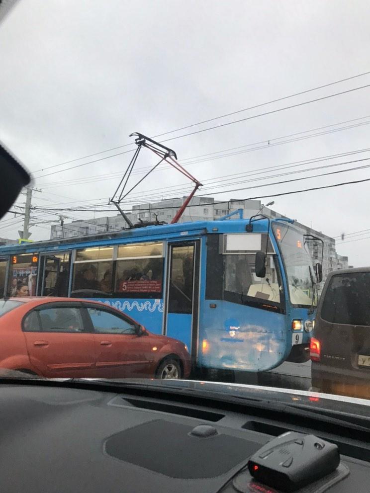 В Ярославле женщина на иномарке врезалась в трамвай: Брагино встало