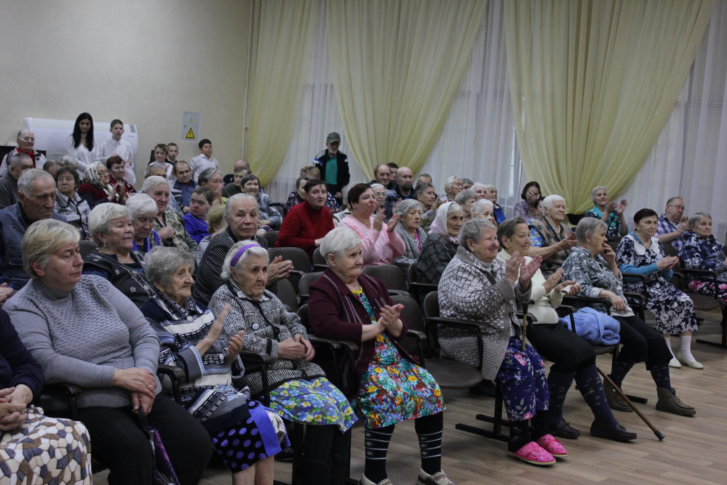 Ярославские почтовики поздравили подопечных областного Дома престарелых