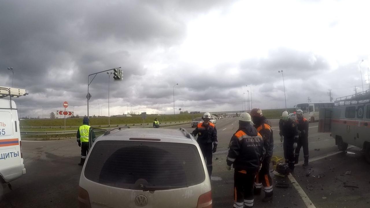 В Ярославле спасали пострадавших пассажиров иномарки, которых зажало в машине