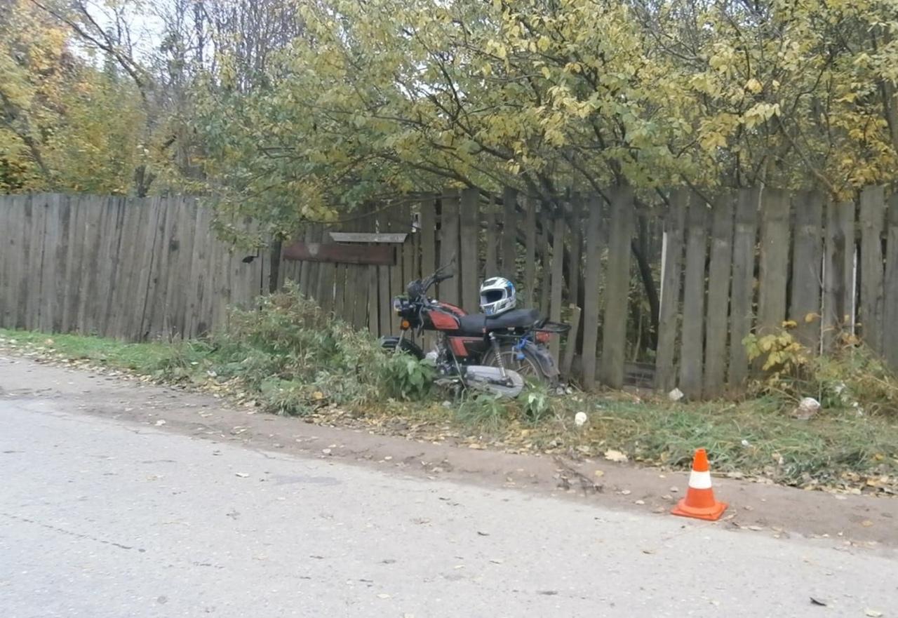 В Ярославской области мотоциклист без прав с другом въехал в группу девушек: трое пострадавших