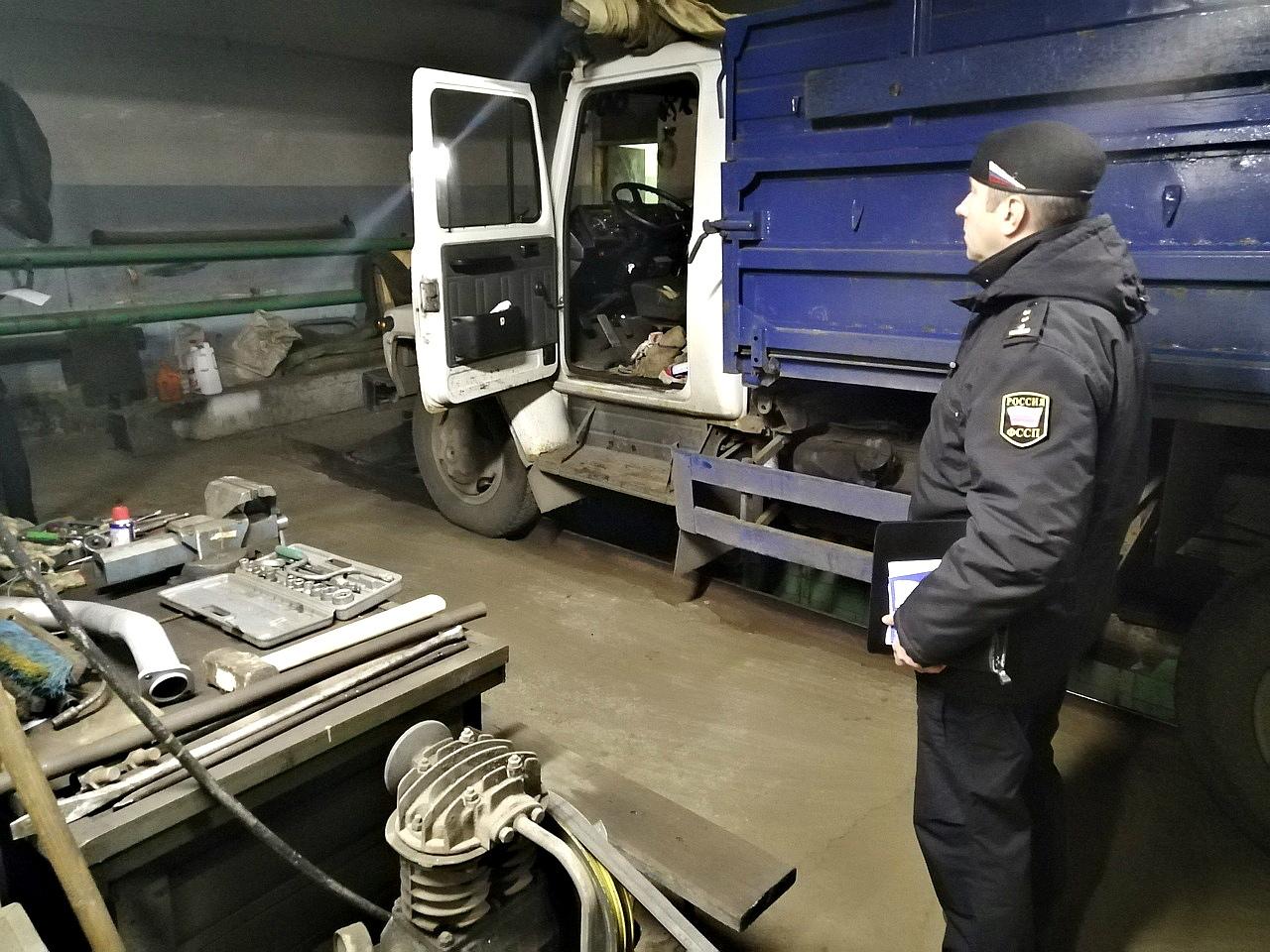 После визита приставов директор ярославской фабрики валяльных изделий погасил полумиллионный долг за час