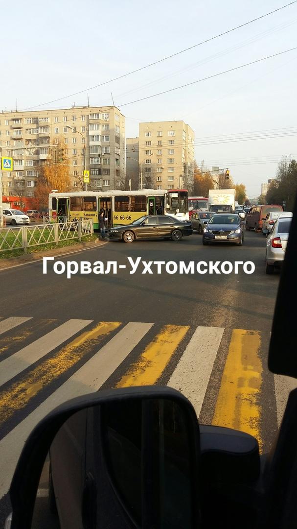 В сети появилось видео, как автобус протаранил легковушку в центре Ярославля