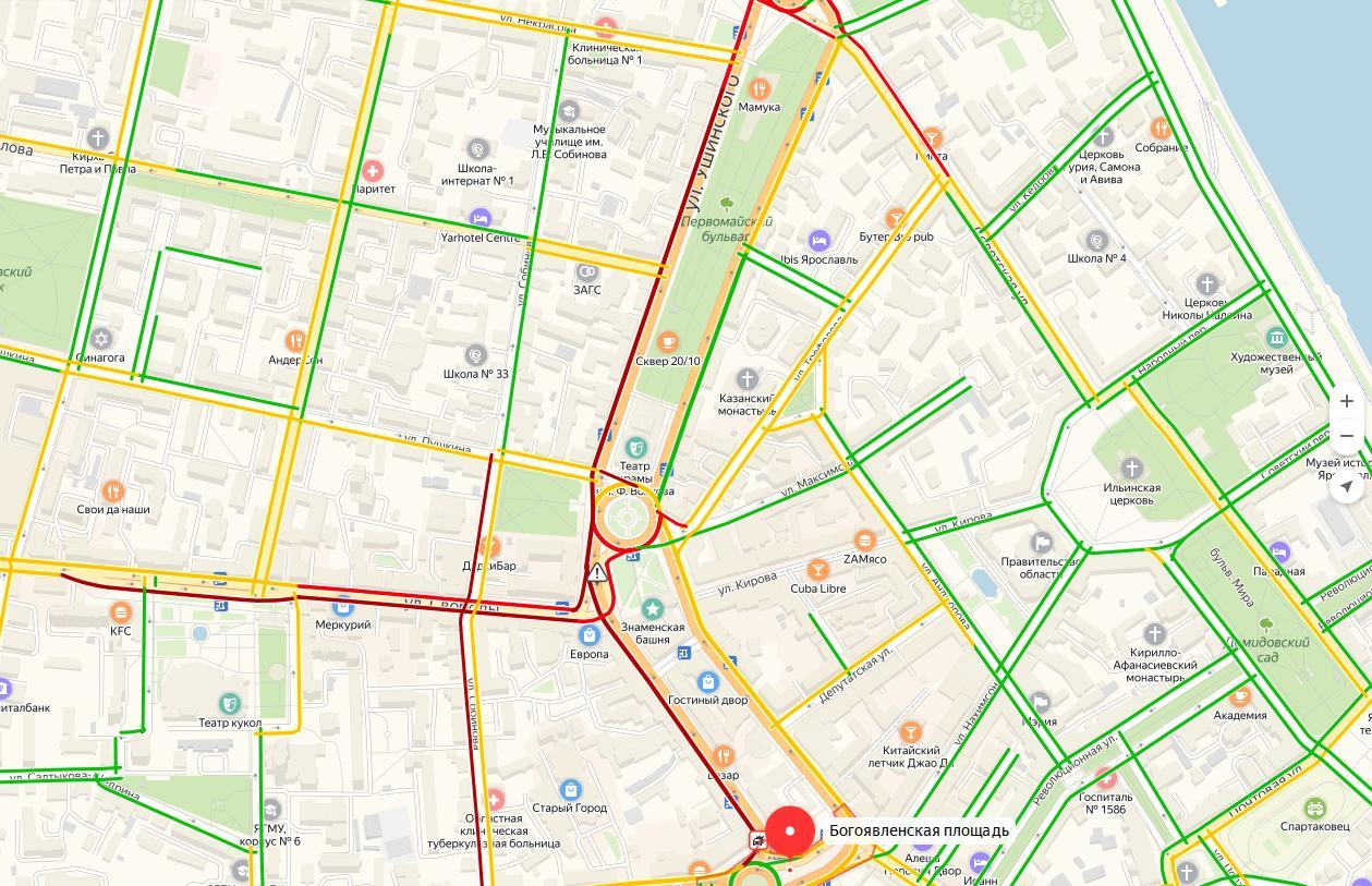 В центре Ярославля транспорт встал намертво из-за ДТП с автобусом на Богоявленке