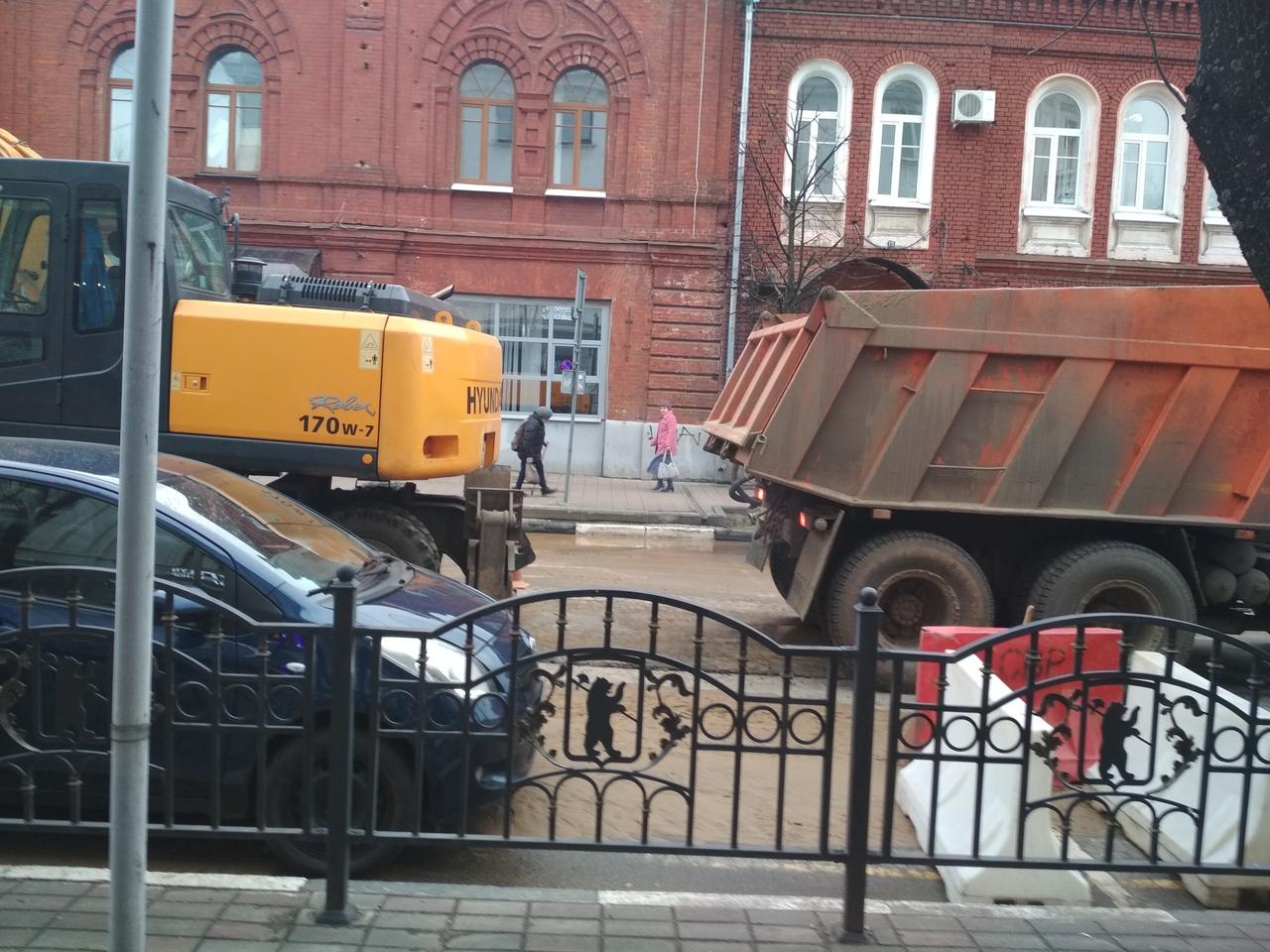 В центре Ярославля затопило улицу Депутатскую: как ликвидируют последствия ЧП