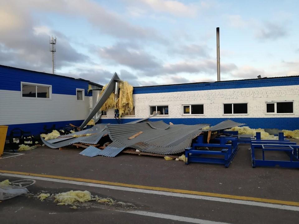 «Адский шторм»: появилось видео, как у завода под Ярославлем снесло крышу