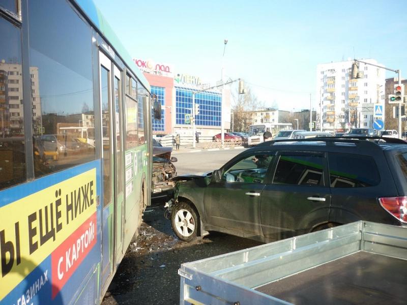В столкновении трех иномарок и автобуса в Ярославле пострадала пенсионерка