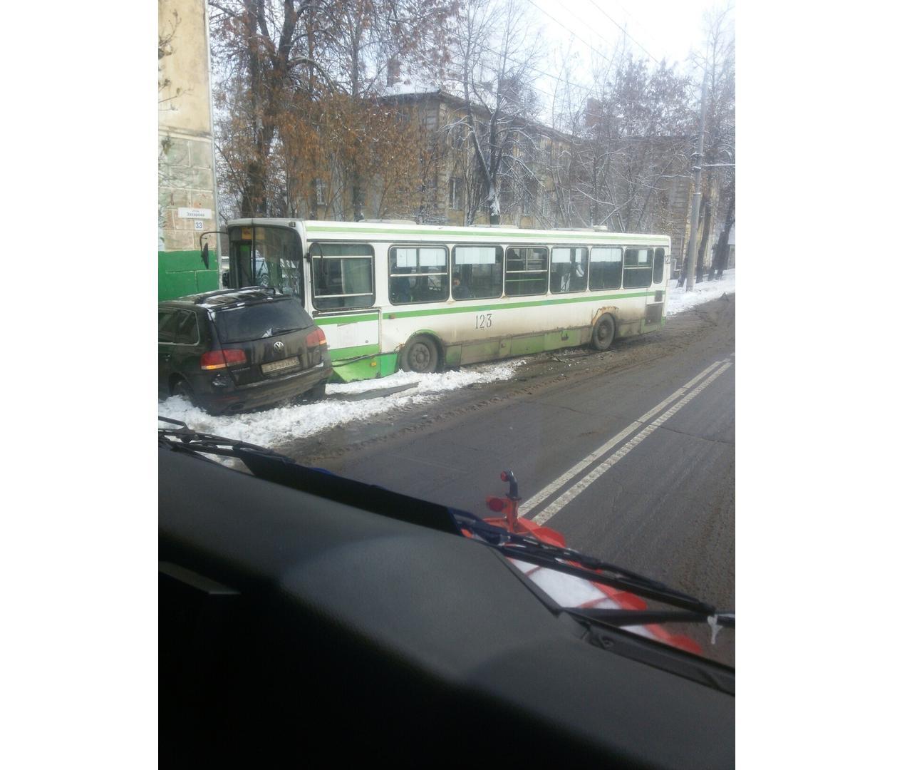 В Рыбинске внедорожник подрезал автобус: пострадала женщина