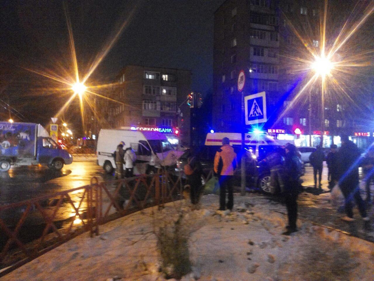 В Ярославле автомобиль похоронной службы столкнулся с внедорожником
