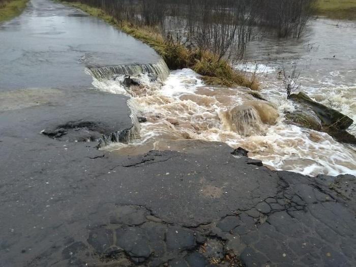 Дорогу в Ярославской области размыло водой: последствия ЧС ликвидируют до вечера