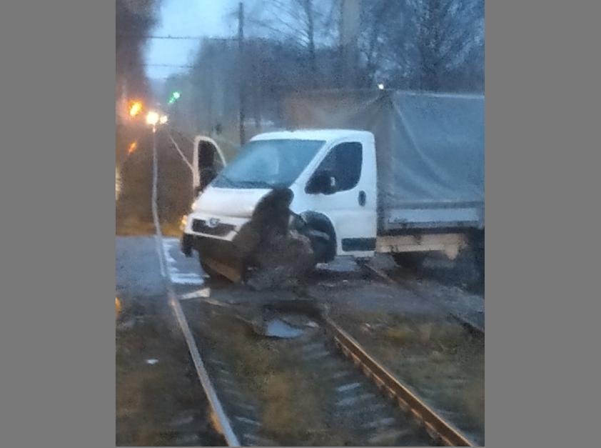 В Дзержинском районе Ярославля трамвай протаранил грузовик