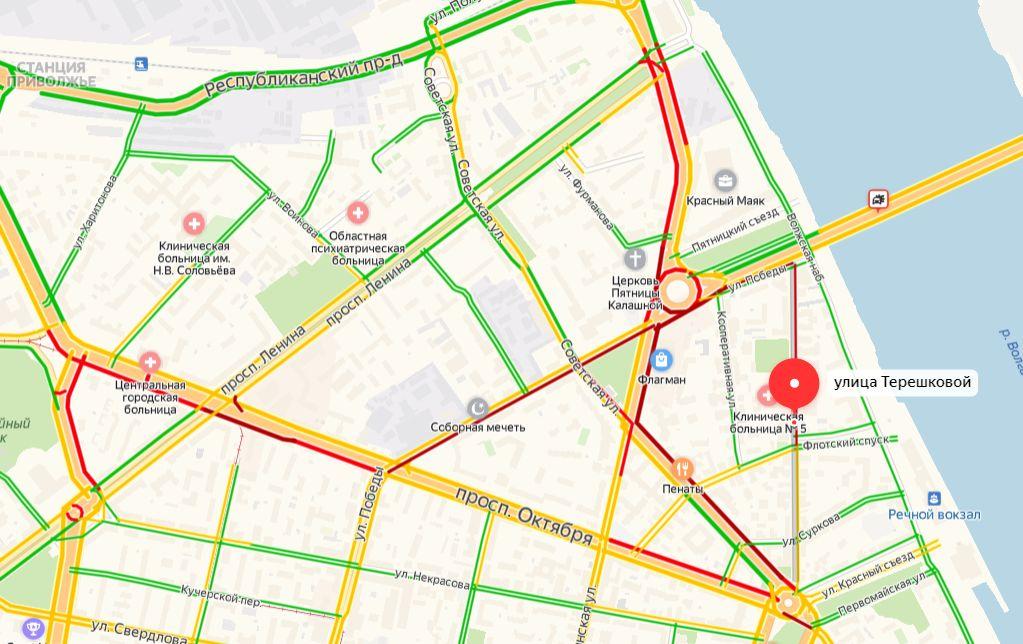 Центральные улицы в Ярославле встали из-за аварии на Октябрьском мосту