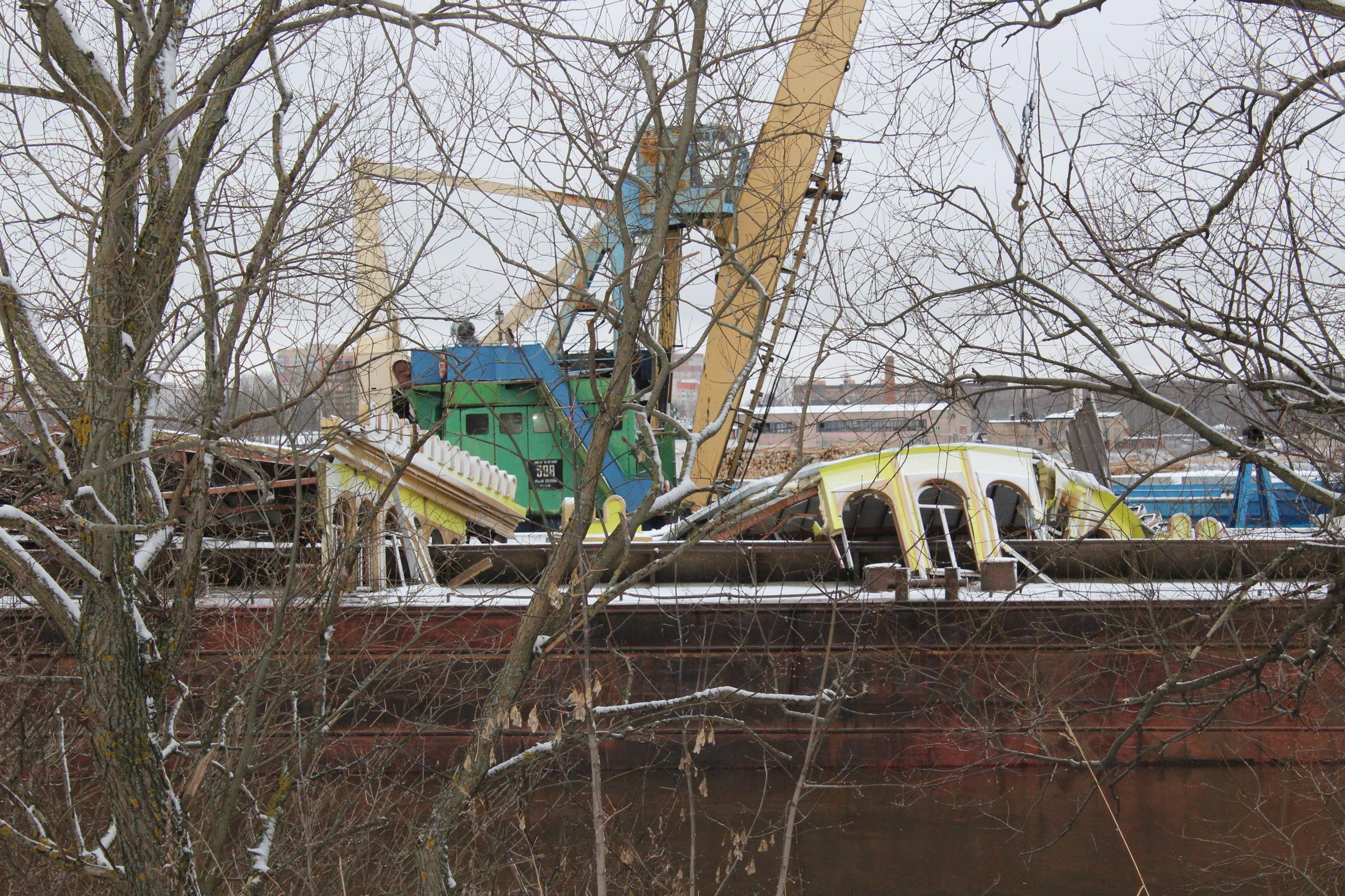 Завершен первый этап работ по демонтажу затонувшего в Волге дебаркадера: фото