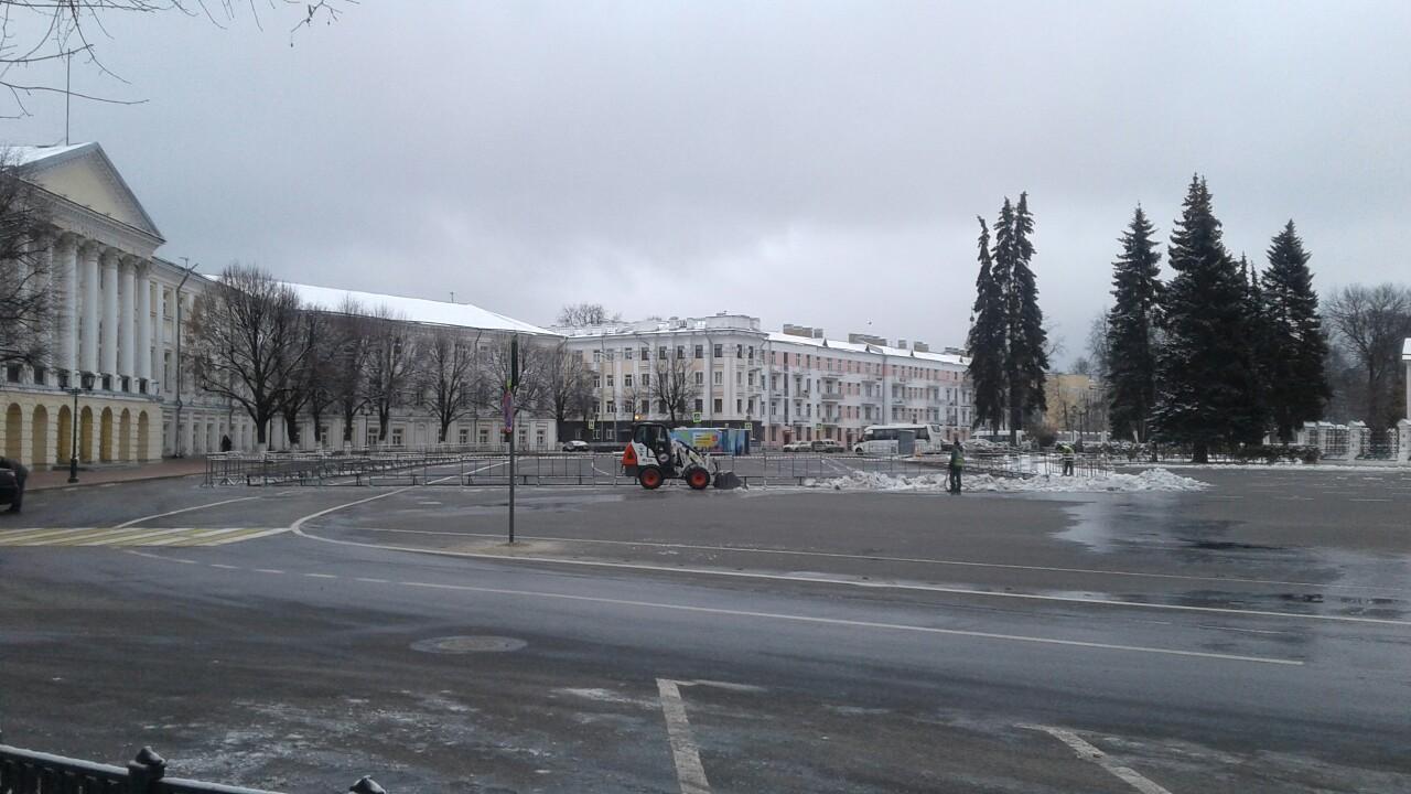На Советской площади в Ярославле начали готовить каток