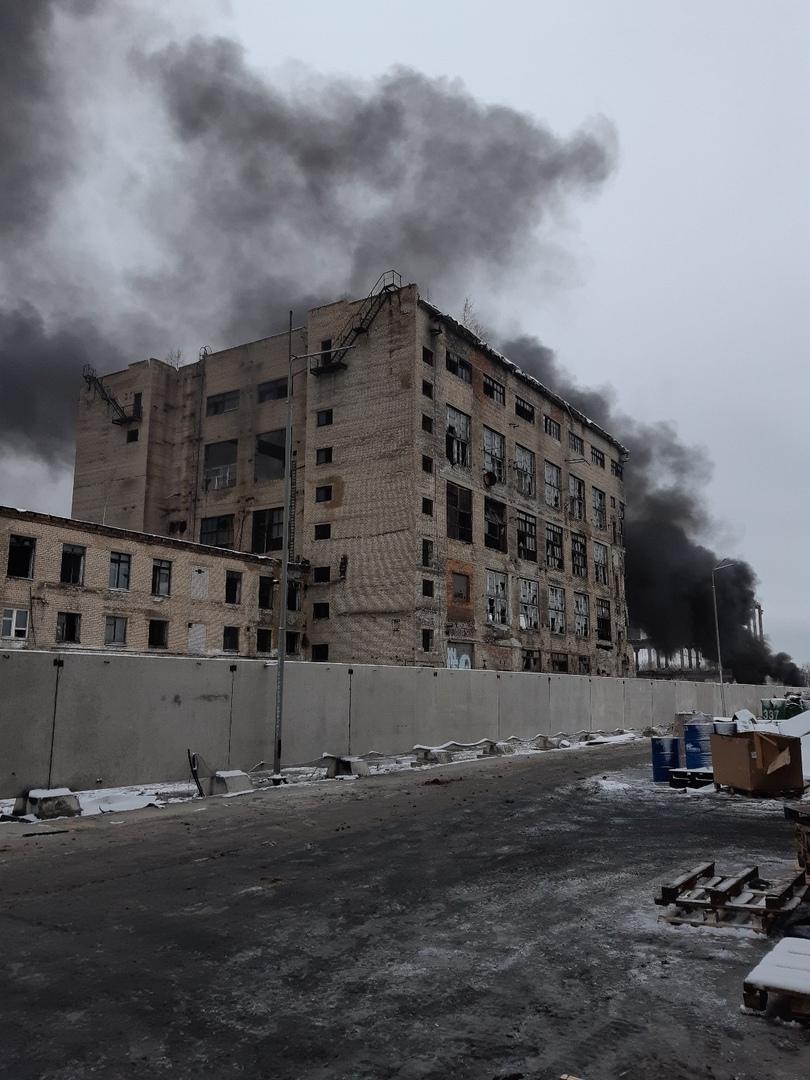 Над Ярославлем поднялся огромный столб черного дыма: что горело