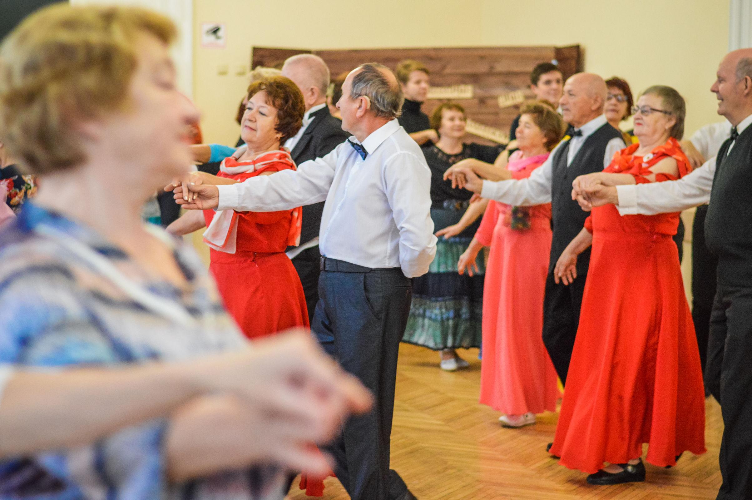 «Серебряные» волонтеры учат ярославскую молодежь танцевать