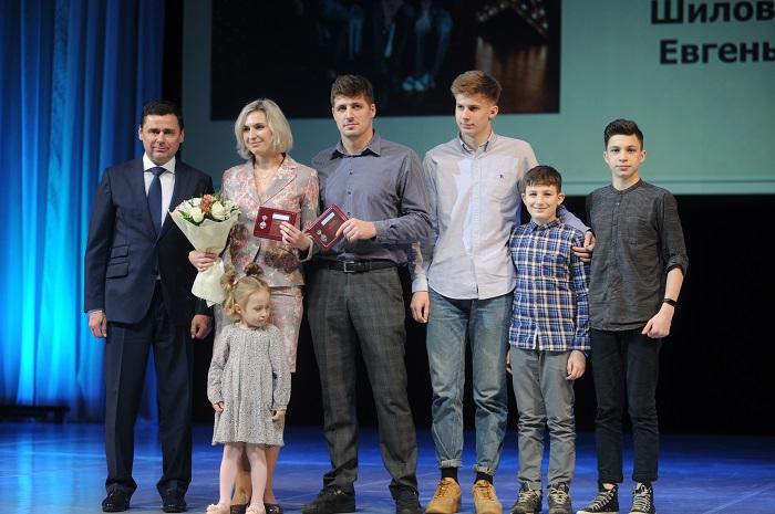 Дмитрий Миронов вручил девяти семьям медали «За верность родительскому долгу»