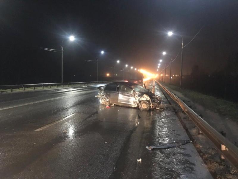 На мосту через Которосль «Форд» влетел в отбойник: пострадали мужчина и ребенок