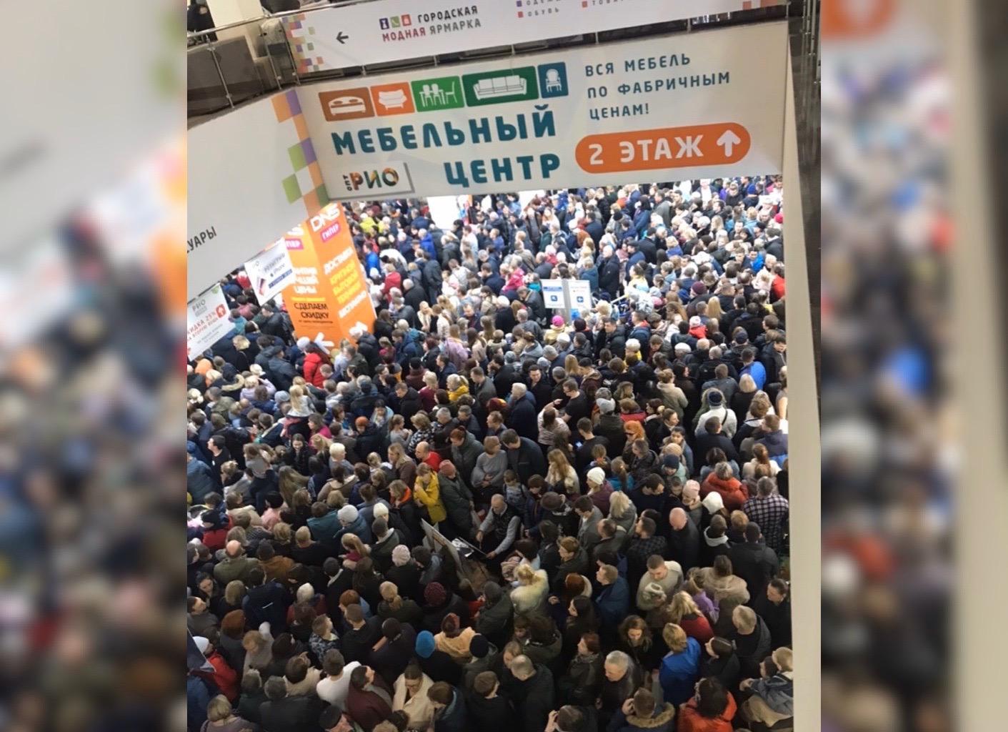 Пробки из машин и людей: ярославцы атаковали крупный ТЦ ради бесплатных iPhone
