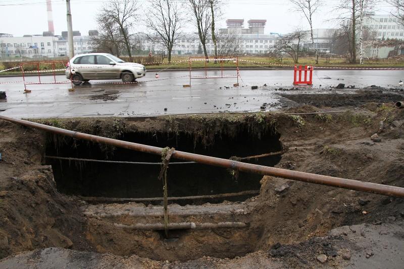 В центре Рыбинска рухнул асфальт: рабочие трудятся без выходных