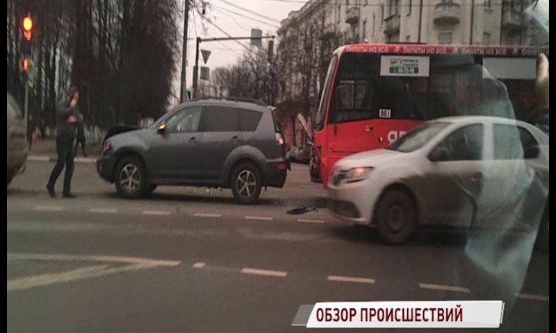 В Ярославле за утро произошли две аварии с участием маршруток и внедорожников
