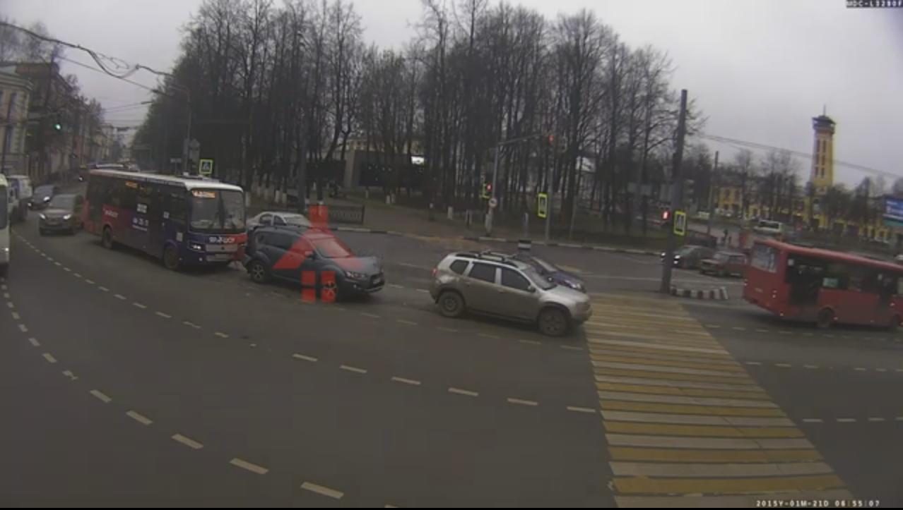 Появилось видео ДТП в центре Ярославля с участием маршрутки и внедорожников