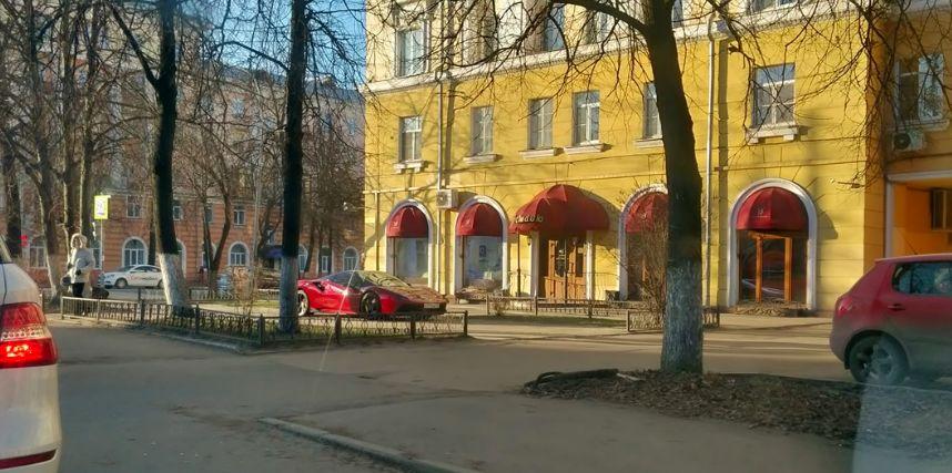 Ярославцы обсуждают красный Ferrari, припаркованный у ресторана: фото