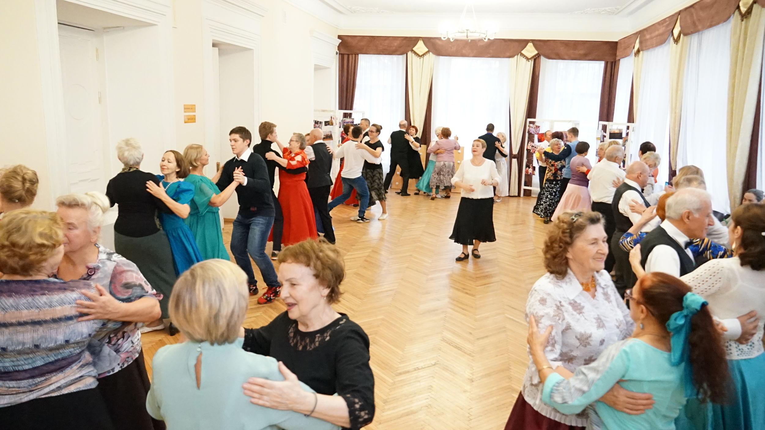 В Ярославле бабушки и дедушки учили молодежь танцевать