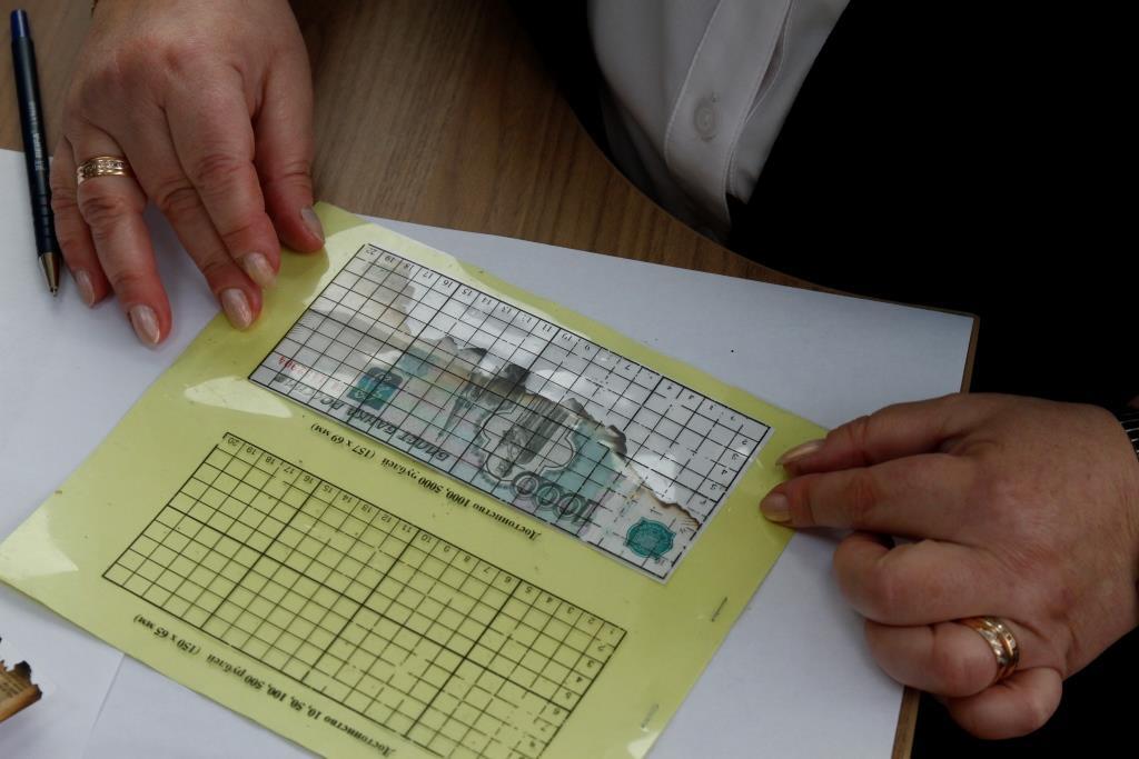 Ярославцам объяснили, можно ли расплачиваться в магазинах поврежденными купюрами