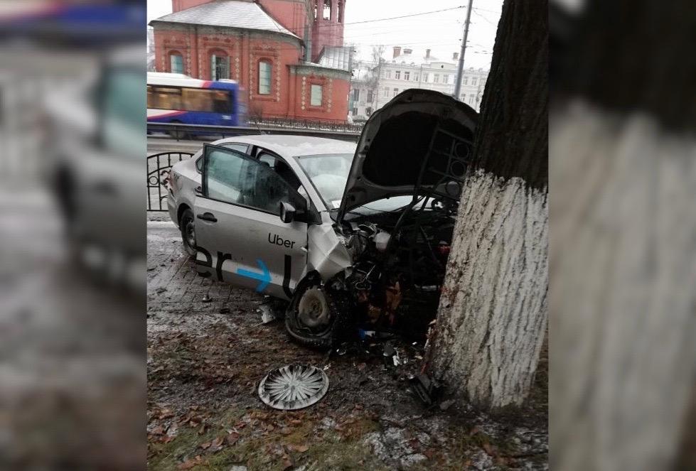 Первая жертва гололеда: в Ярославле машину такси вынесло к стенам музея-заповедника