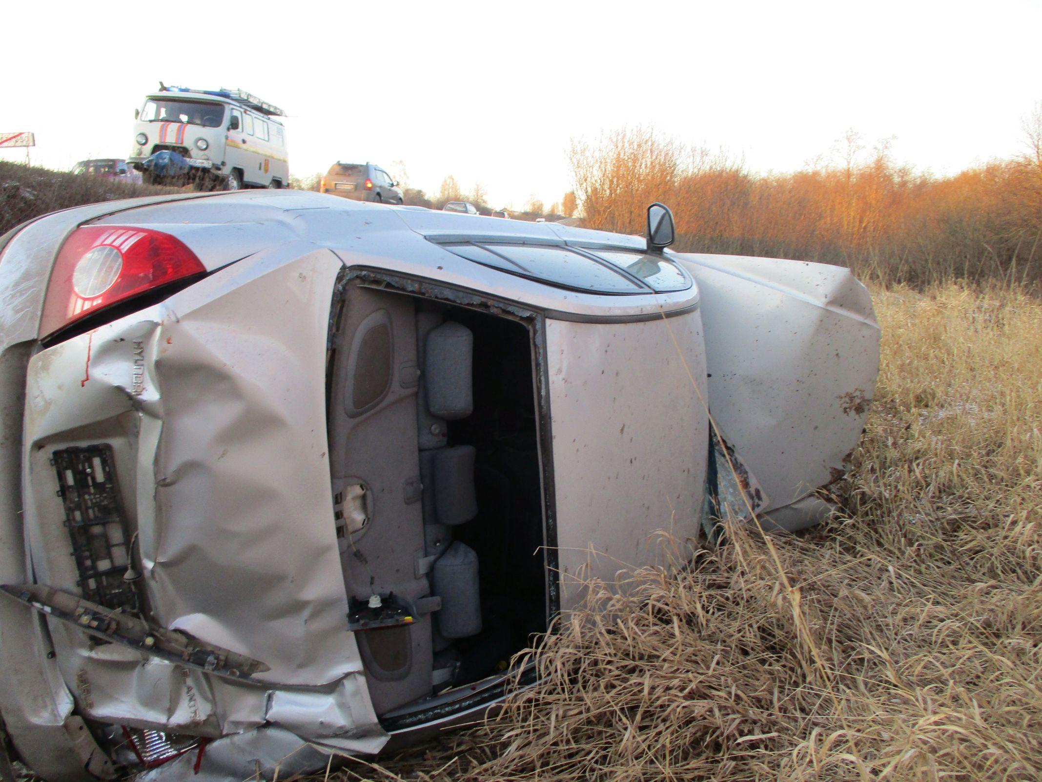 В Ярославской области иномарка съехала в кювет и перевернулась: пострадал водитель