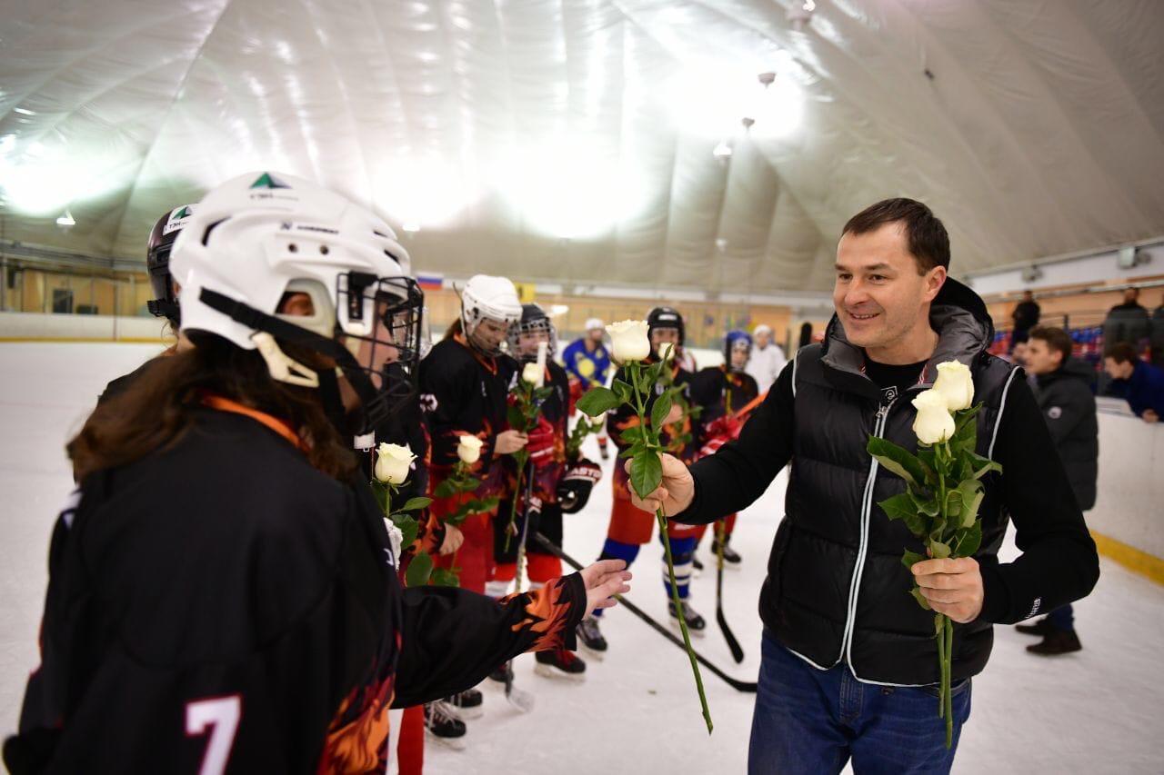 Мэр Ярославля подарил белые розы девушкам-хоккеисткам: фото