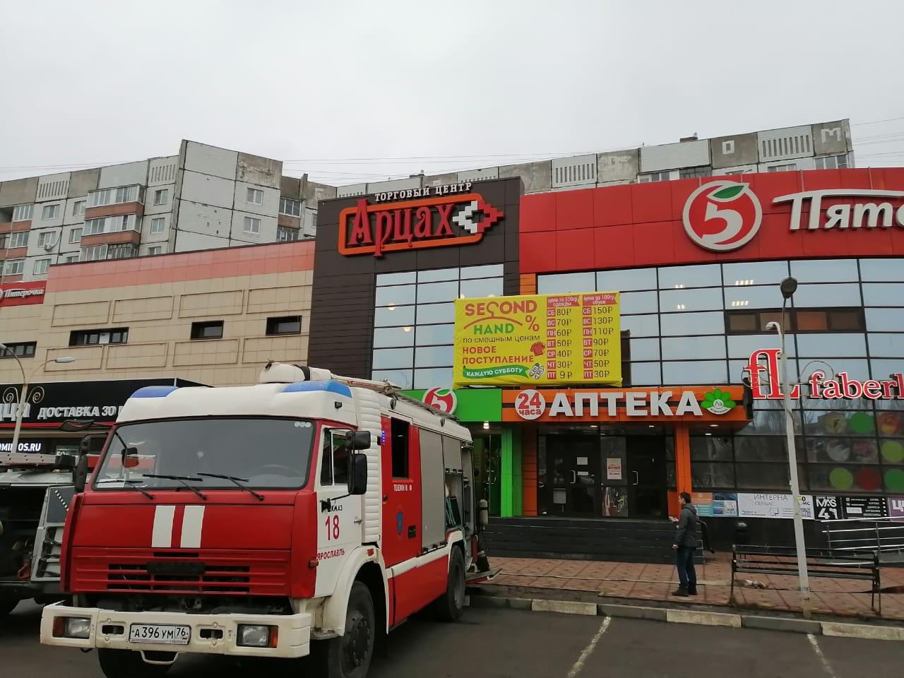 В Ярославле три десятка огнеборцев тушили пожар в торговом центре