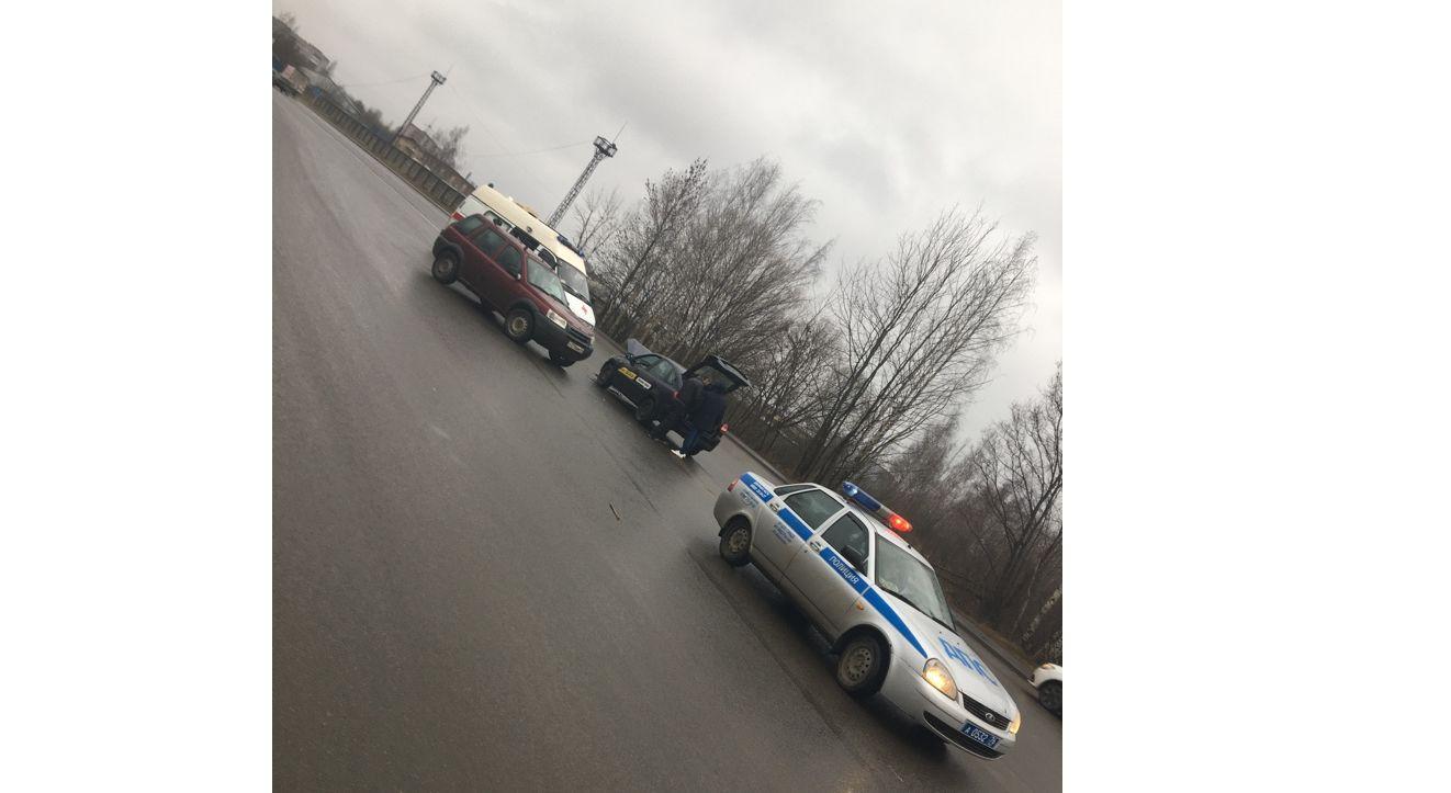 В Рыбинске такси столкнулось с «Ленд Ровером»: пострадала пассажирка