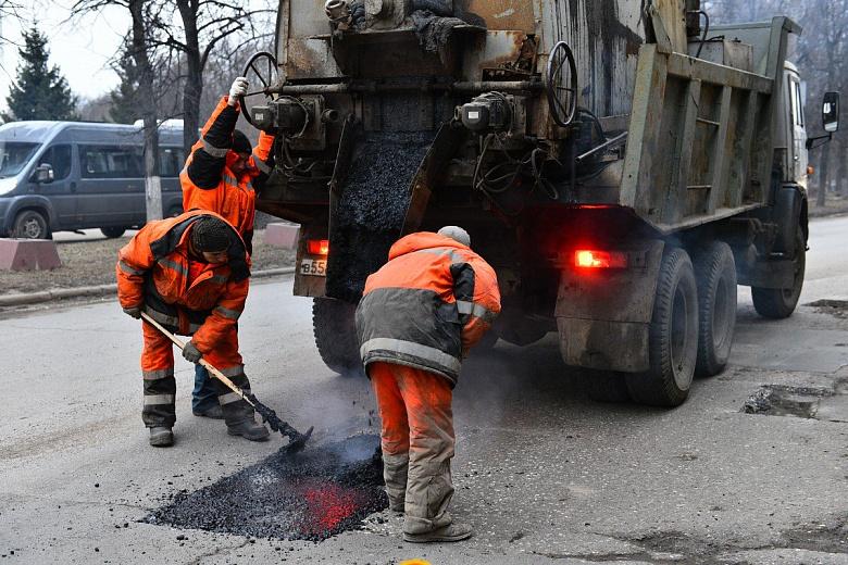 В Ярославле зимой продолжают ямочный ремонт