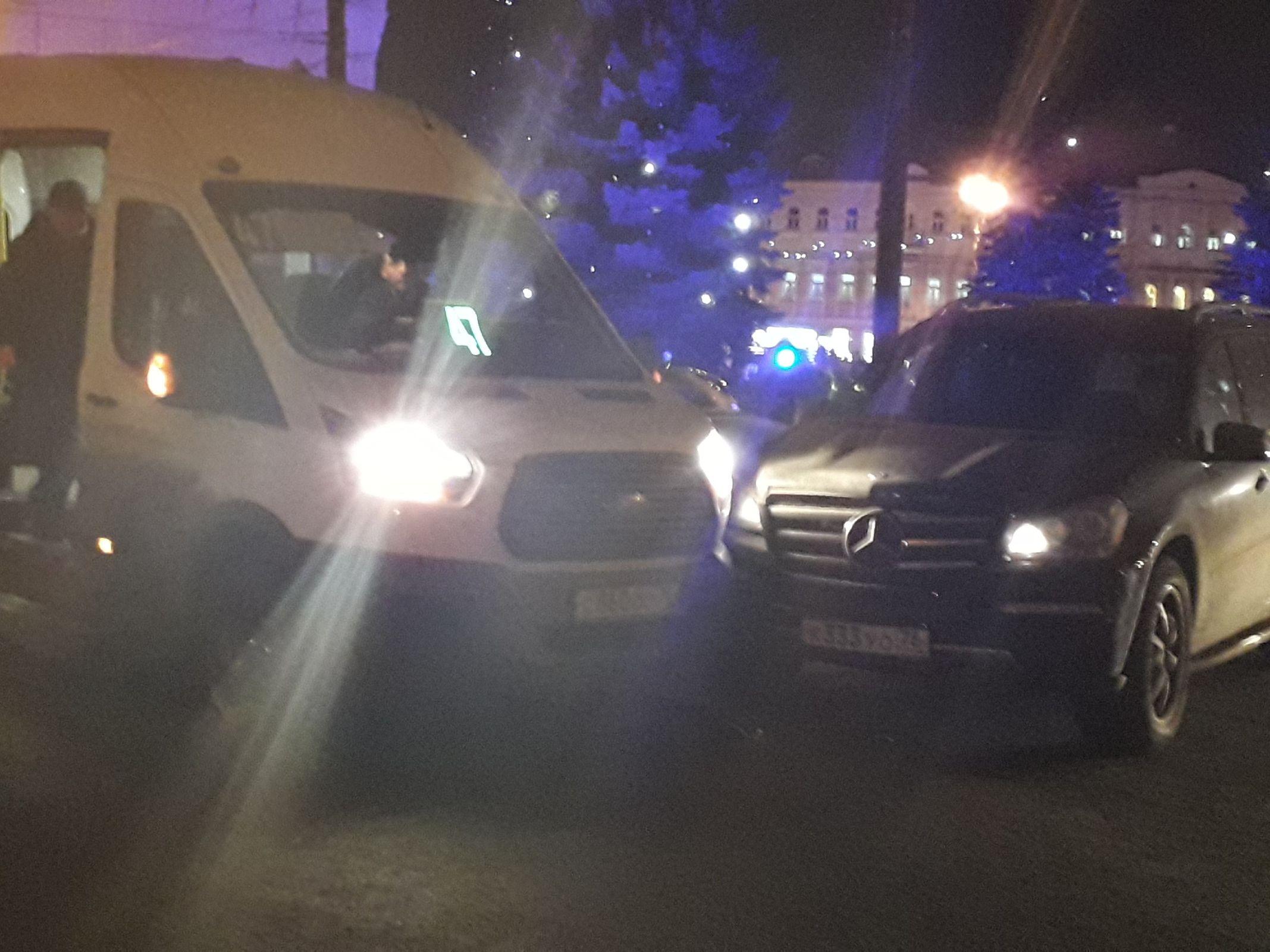 В центре Ярославля в час пик в маршрутку врезался «Мерседес»