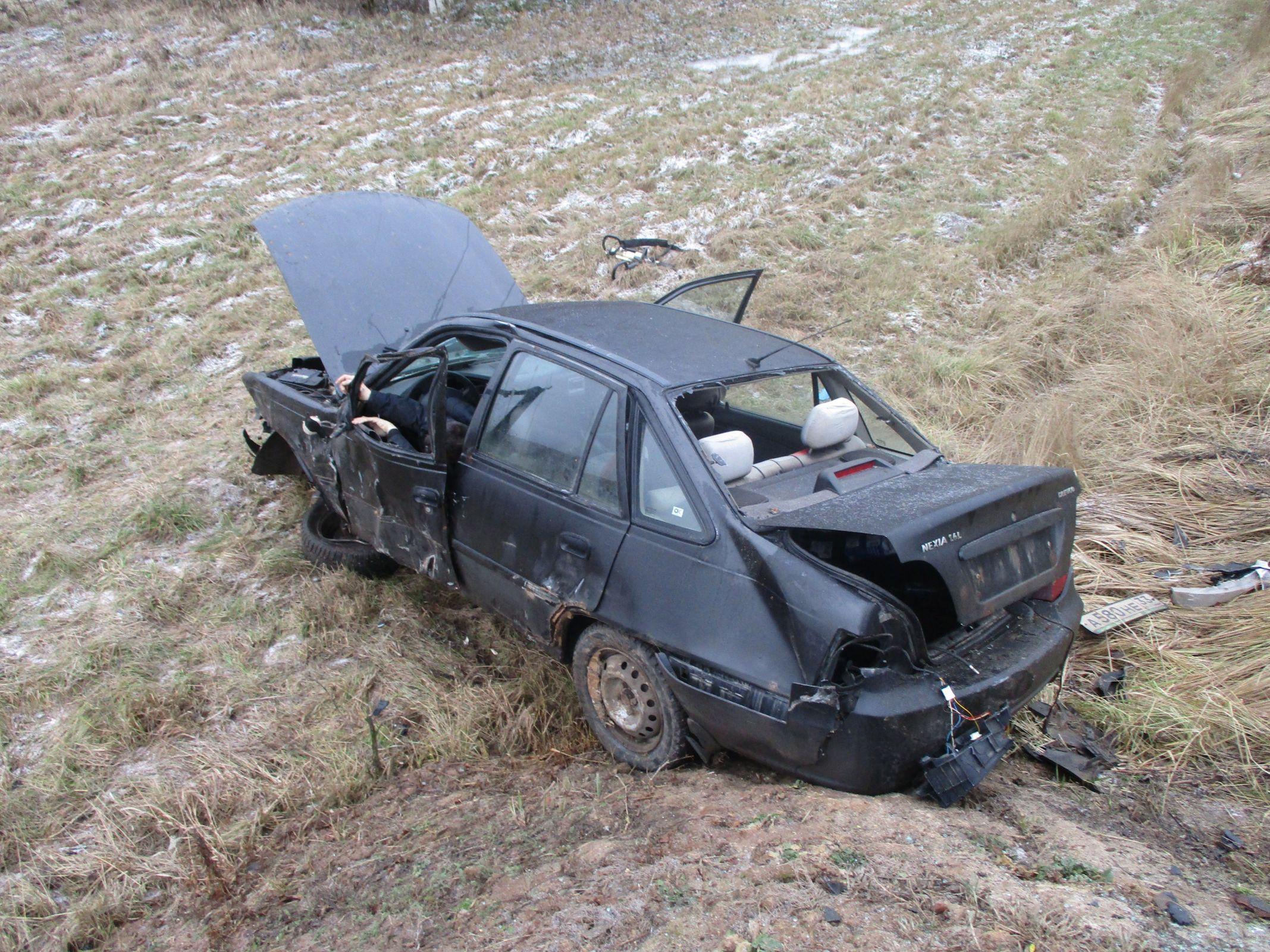 В Ярославской области легковушка снесла дорожный знак и вылетела в кювет: двое погибших