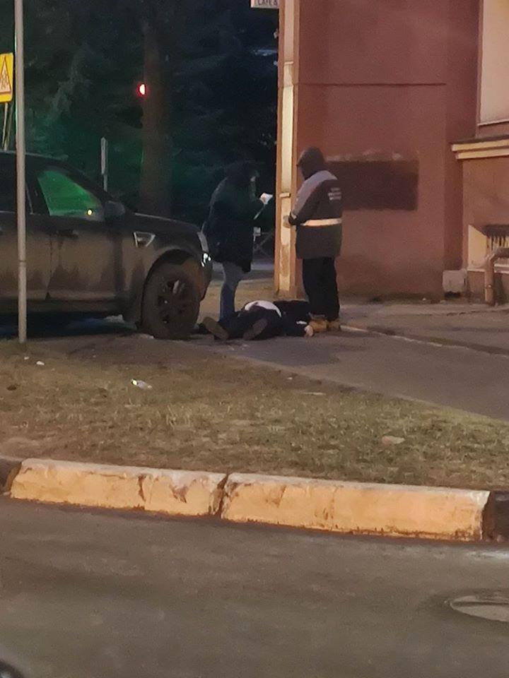 Мужчина в костюме у внедорожника: в центре Ярославля нашли труп