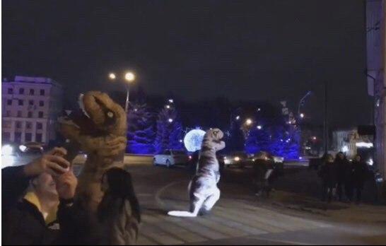 Обнял, приподнял: парочка «динозавров» станцевала тверк на проезжей части в центре Ярославля – видео