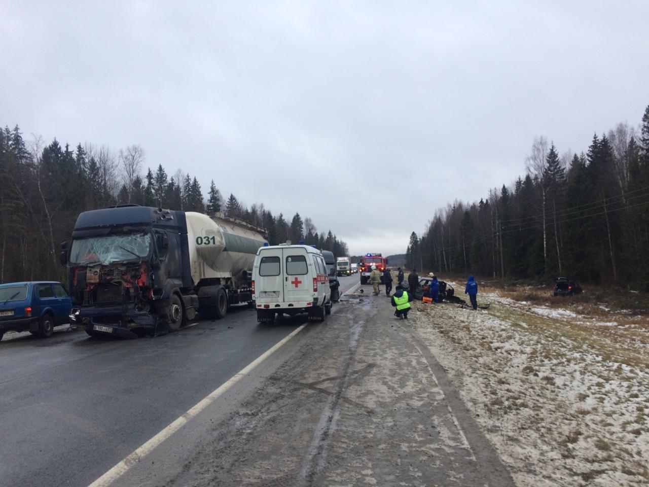 В Ярославской области столкнулись фура и пять автомобилей