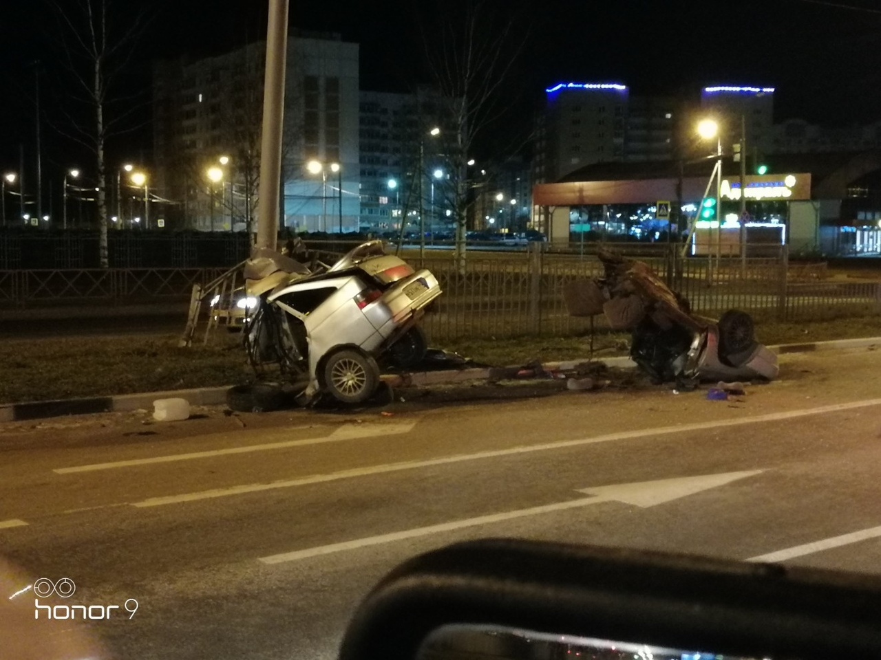 На проспекте в Ярославле машину разорвало на две части