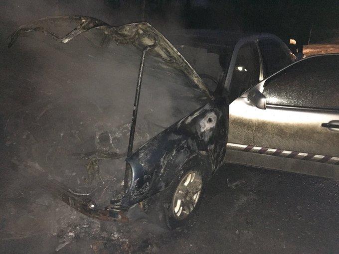У крупного торгового центра в Ярославле загорелся автомобиль