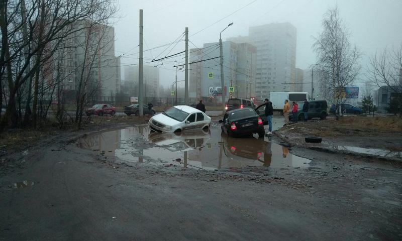 В Дзержинском районе Ярославля тонут автомобили в огромных лужах