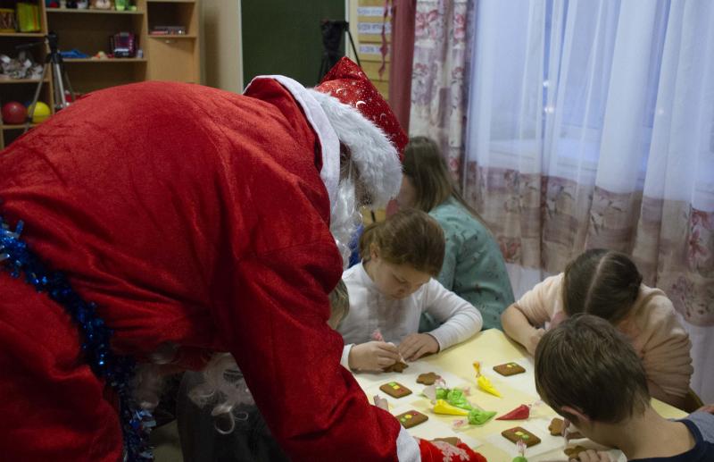 В Ярославле полицейский Дед Мороз научил детей из интерната печь пряники