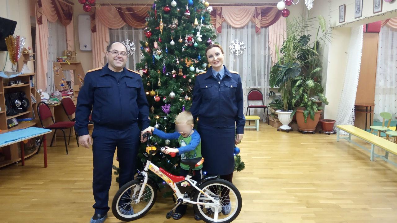 В Ярославской области сыщики подарили велосипед ребенку, которого приемная мать привязывала к столбу
