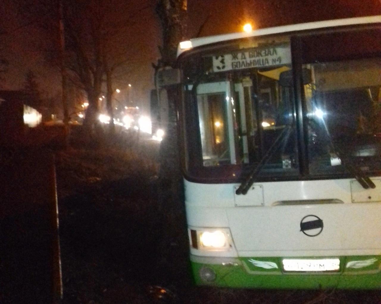 В Рыбинске пьяный водитель выехал на встречку и столкнулся с автобусом